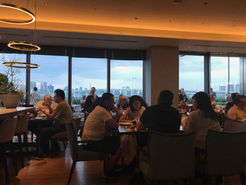 ヒルトン東京お台場のカクテルアワーのラウンジの雰囲気