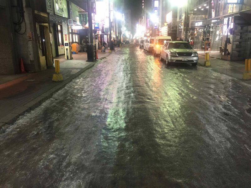 繁華街の裏通りの積雪状況