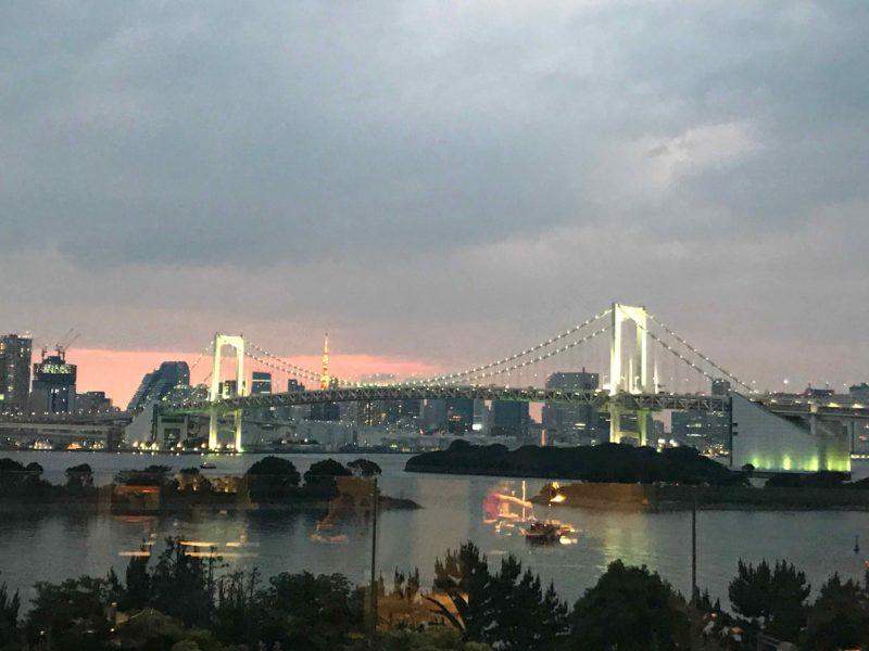 ヒルトン東京お台場のカクテルアワーのラウンジからのレインボーブリッジの眺め
