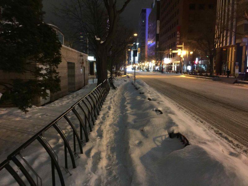 ヒーティングされていない歩道の積雪状況