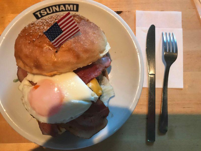 ハンバーガーとナイフ、フォークの比較