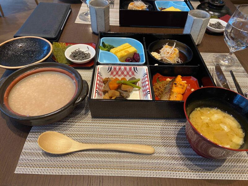セットメニュー(茶粥、味噌汁、鮭、豆腐、卵、煮物)